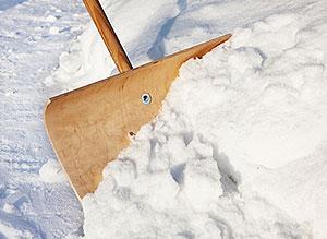 Schnee räumen auf dem Gehweg